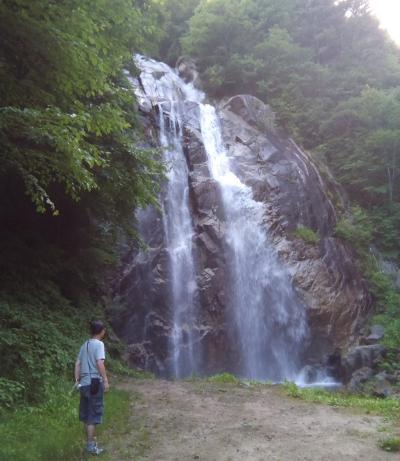 ドローン持参で長野で車中泊 (5/8)不動滝のしぶきを浴びて、松川温泉の湯に浸かり、花の里いいじまで車中泊