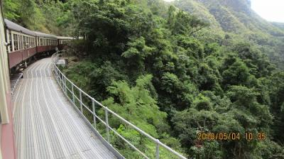 キュランダ観光列車でキュランダ村へ・・