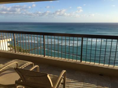 総勢14名でハワイに行ってきました^^ まずは到着してレストラン・イオラニ宮殿・カハラモールへ。①