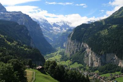 ハイキングでアイガー・メンヒ・ユングフラウを楽しみ、山岳鉄道で車窓からの景色を楽しみ、谷底のラウターブルンネンへ下る