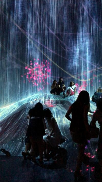 「チームラボミュージアム」の幻想的デジタルアート世界に遊ぶ