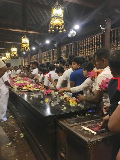 満月ポヤデーの仏歯寺、荘厳なプージャに心打たれ-2017-18年 年越しスリランカ&インド周遊(7)