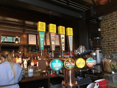 ロンドンでビールを楽しむ