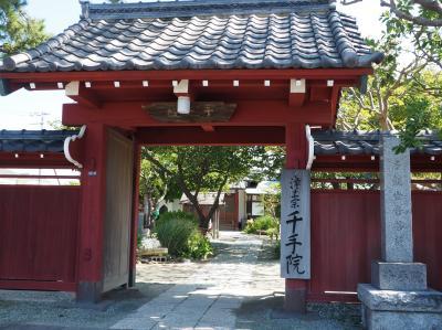 千手院 赤門が目を惹きます。松尾芭蕉句碑。 鎌倉三十三観音を巡る旅