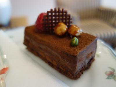 ガラスの森美術館でガラスを鑑賞し,お隣のホテルでケーキをいただく。至福の箱根。
