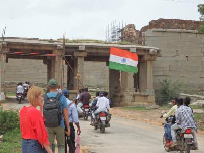 家族5人でゆく、南インドの旅 <2>世界遺産 ハンピ -独立記念日の観光-