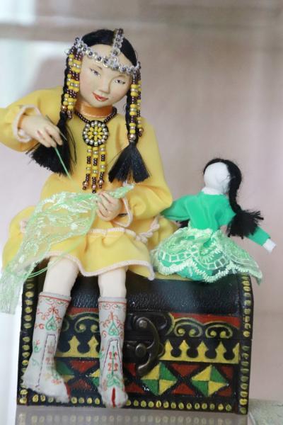 2018年シベリア・サハ共和国ヤクーツクへの旅(22)旧市街の人形博物館:平易なロシア語とジェスチャーによる館員さんの懸命な解説付きで見学