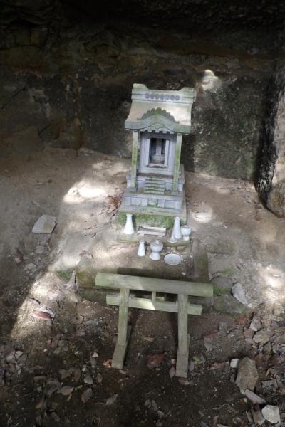 腹切やぐら上の石廟