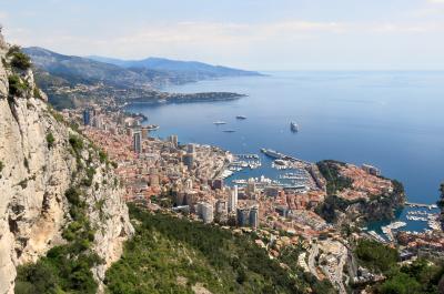 断崖絶壁の上から、モナコを見下ろした絶景