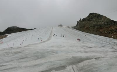 氷河で夏スキー