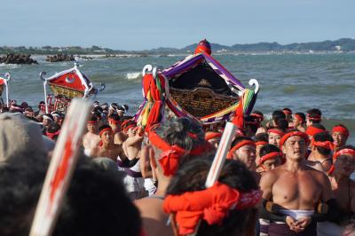 大多喜市街から大原はだか祭へ~18基の神輿を次々と荒海へ担ぎ込む「汐ふみ」が祭りの華。上半身裸の男たちの筋肉隆々、逞しい肉体美も眩しいです~