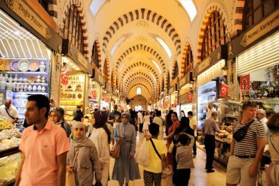 トルコのあらゆる商品が集まるエジプシャンバザールでウインドショッピング