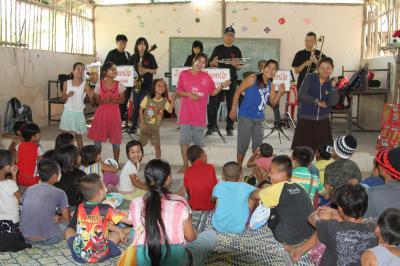 タイ/メーソート:ミャンマー国境~楽器を抱えて子どもたちが待つ難民村の小学校へ