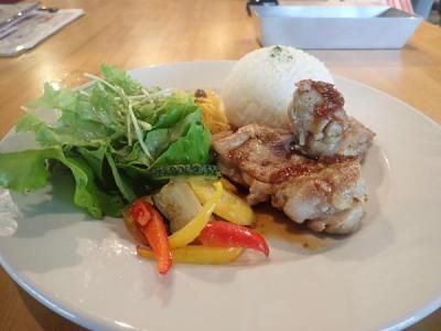 秋の沖縄・石垣島(24)ランチは島フレンチバルでやんばる鶏のソテー。ディナーはロコモコ丼
