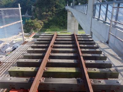 餘部鉄橋「空の駅」に登る。クリスタルタワーがなかったら,たいへんな坂道です。