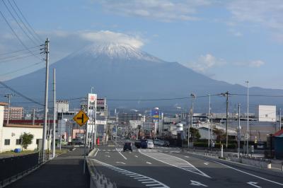 散歩 2018.10.20 =少し雲がかかっていますが雪が積もった富士山が見えました=