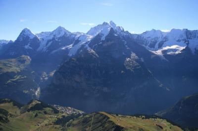 壮大なアイガー・メンヒ・ユングフラウを楽しめる下りハイキングコース、ビルク(2677m)~イム・シルト(1946m)