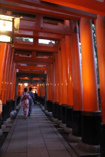 夕暮れの伏見稲荷神社