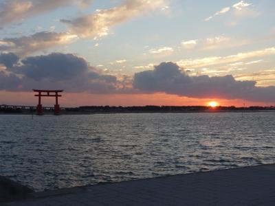 弁天島から夕日を眺める。鳥居の中に夕日を入れるには。。。。