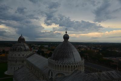 ピサ 夜明けの斜塔からアルノ川周辺を巡る