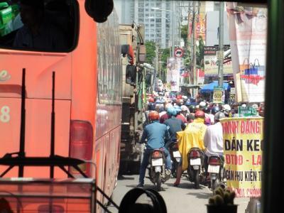 ホーチミン(1)  バイク天国ベトナムの人々は 歩かない 傘ささない