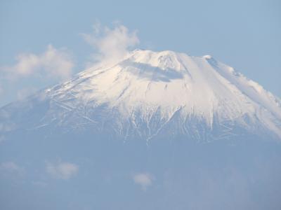 江の島稚児ヶ淵の上の岩場から見る富士山-富士山にキスマーク