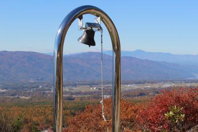 秋、八ヶ岳富士見台高原の山景と紅葉の眺望