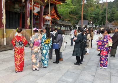 京都の祇園周辺を散歩し、着物姿をたくさん見かける