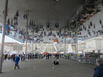 マルセイユ旧港の街歩き。開放的な良いところです。例の鏡の天井が面白いですね。