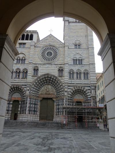 白と黒の縞模様の教会。イスラムの影響がジェノヴァまで押し入っているのか。