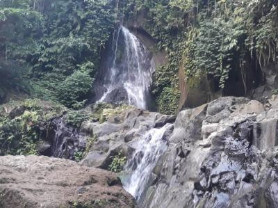 穴場スポットの滝 pengibul waterfall