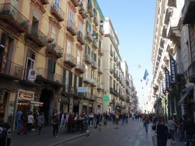 ナポリ観光はトレド通りのお散歩から。この雑踏の魅力はなんなんだろうか。