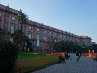 ナポリ観光の目玉はカポディモンテ美術館のカラヴァッジョ。ダンテ広場からシャトルバスで行きました。