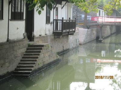 上海の新場古鎮・古駁岸・水路脇の路