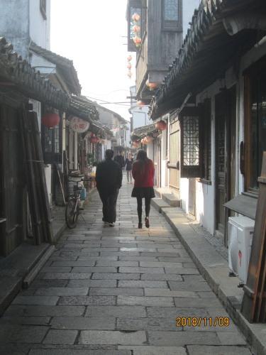 上海の新場古鎮・洪東街・洪西街・水路脇の観光路