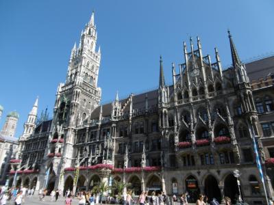 ミュンヘン観光:圧倒的迫力の「新市庁舎」を見ながらマリエン広場のカフェでドイツビールを!