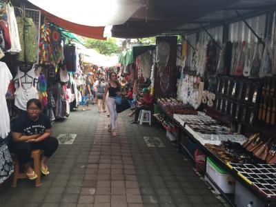 ウブド市場より活気のある、カルナ通り(Karna Road)