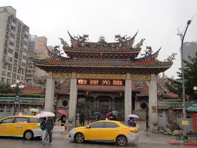 雨のなか、2時間の龍山寺あたり街歩き。