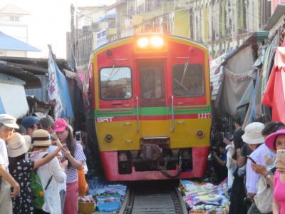 タイ 「行った所・見た所」 バンコク郊外のメークロンマーケットを見てからココナッツファームに