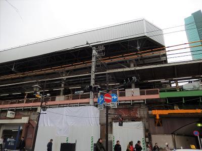 新橋駅の改装工事その後の様子・・大屋根掛け工事がかなり進んでいました