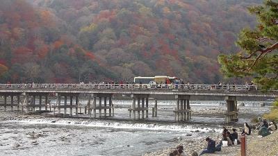 京都市 渡月橋から阪急嵐山駅までの紅葉。