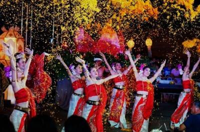 チェンマイ ロイクラトン(イーペン祭り) 3日間夜どおしでお祭り騒ぎ (Loy Kratong in Chiang Mai, 3 day party nights)