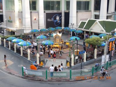 amazing THAILAND! (7)ツアーに参加するために、サイアム駅(Siam)からチットロム駅(Chit Lom)手前までスカイウォークをブラブラ・・・