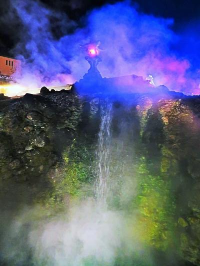 草津温泉-2 湯畑(ゆばたけ)夜景 ライトアップの風情 ☆温泉街の中心部で賑わう