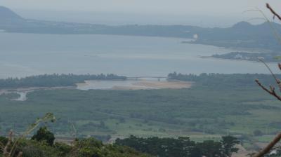 「エメラルドの海を見る展望台」から石垣島の全貌を展望。エメラルドの海といってもちょっと遠くて。