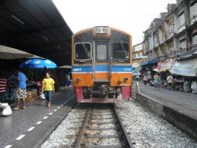 タイ国鉄のウォンウェンヤイ駅で、メークロン東線の列車を見てきました。