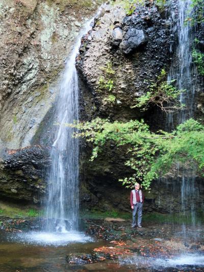 大子-2 月待(つきまち)の滝 滝の裏側にも入り情景変化を連写 ☆紅葉真っ盛りの時季に