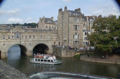 イギリスの観光地、バースの街を練り歩く