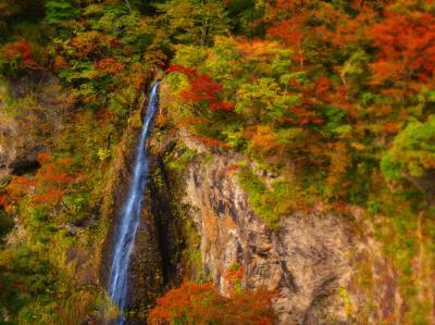 弘法大師伝説と自然美に彩られた、梵字川渓谷の紅葉