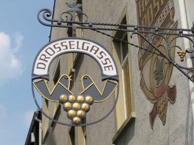 心の安らぎ旅行(2018年 春 Rudesheim am Rhein リューデスハイム Part6 Drosseigasse つぐみ横丁の看板♪)